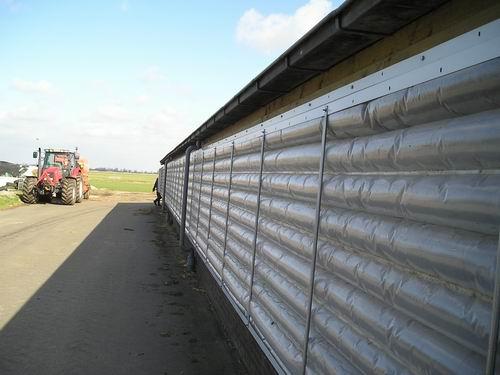 """Естественная вентиляция в коровнике осуществляется за счет открытого конька крыши и системы штор  """"Люмитерм """"."""